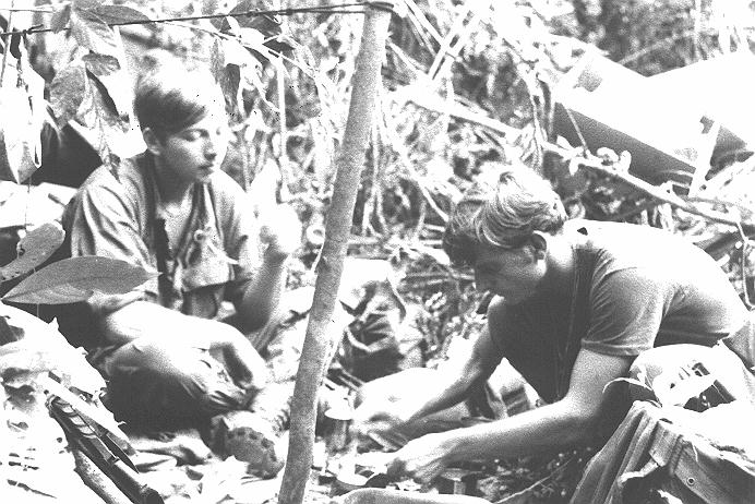 US_soldiers_cooking_meal_in_bush