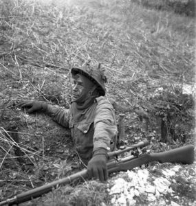 1943-04-23 Unidentified 2nd Canadian Infantry Division sniper with No1 sniper on sniper course in England Photo by Lieut. Frederick G. Whitcombe (L&AC PA-211642 MIKAN 3596209)