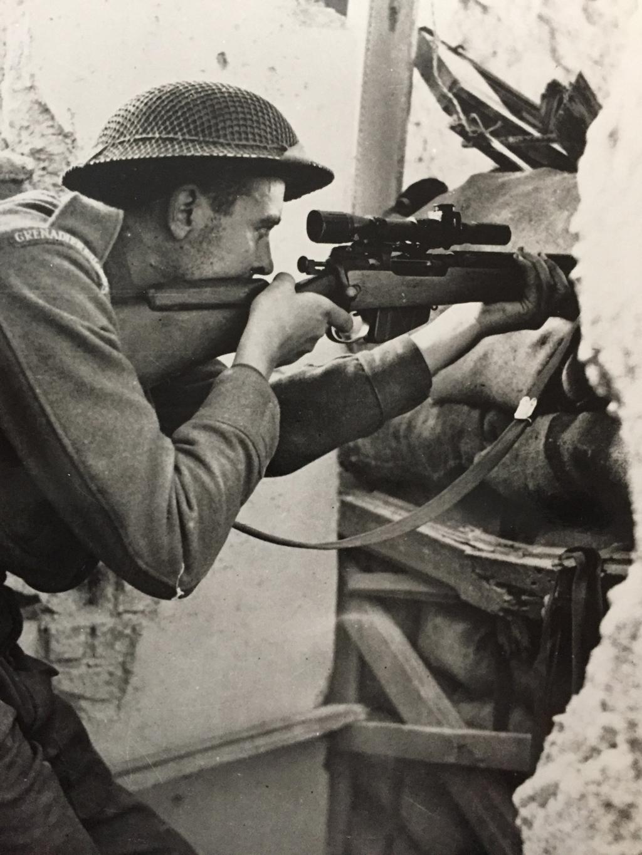 Um franco-atirador britânico da Guarda de Granadeiros na Itália em 1944