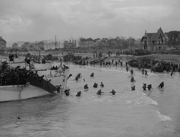 D-Day BSA AB Bicycles landing 9 CIB from LCIL299 2nd Cdn Flotilla at Nan beach MIKAN 3191670