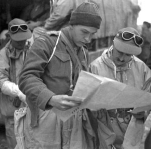 SMOCKS DRAB windproof anorak and winter mitts worn by Ontario Regiment troops in Italy in 1943-45. Not 1928 Thompson behind without butt.