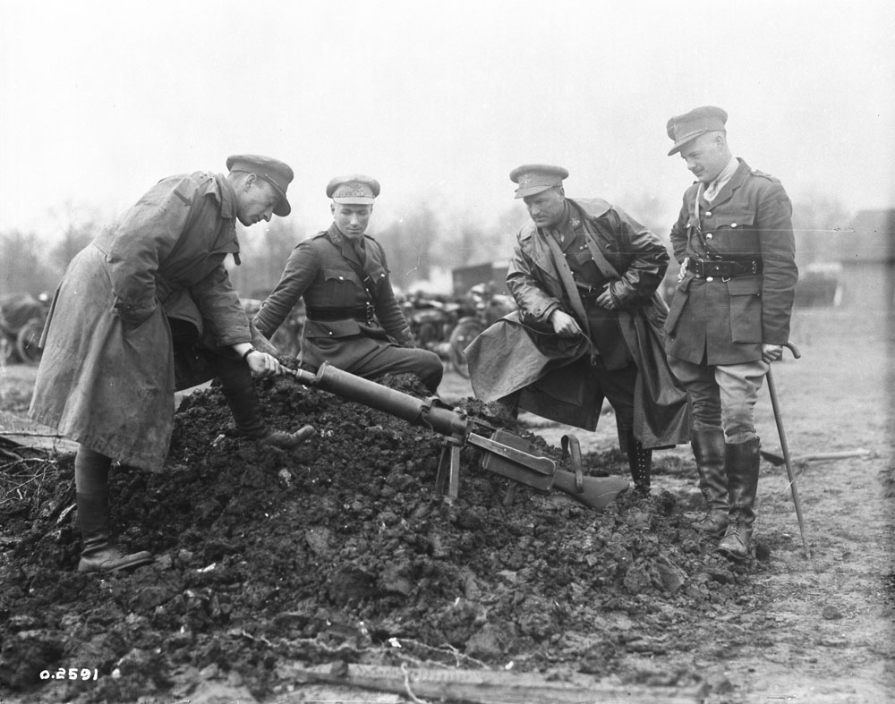 Photo O-2591 Canadian officers examine a German M.G. 08/15 light machine gun, March 1918.