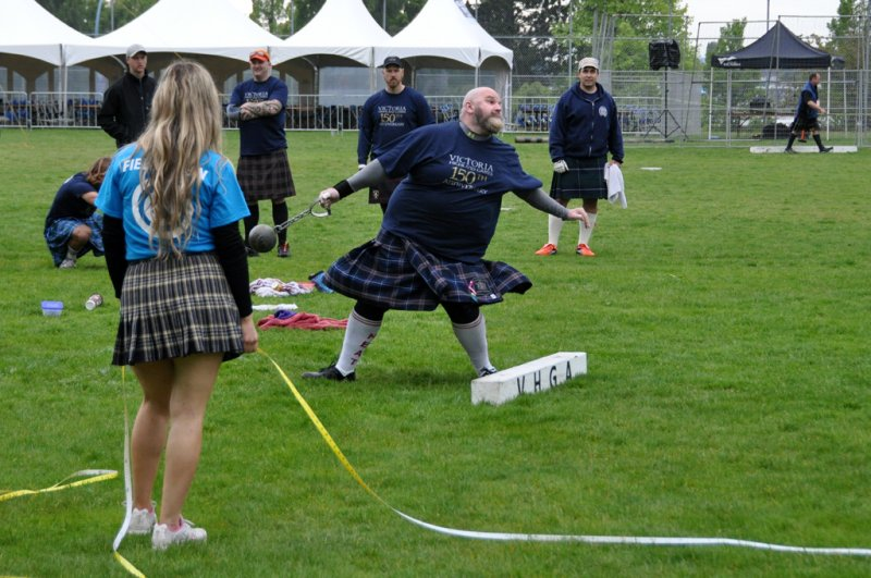 Victoria Highland Games 2013 150th (5) Keep your eyes on the ball gentlemen 1024